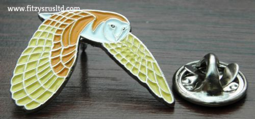 Flying Barn Owl Lapel Hat Tie Pin Badge / Brooch Strigiformes Bird of Prey New